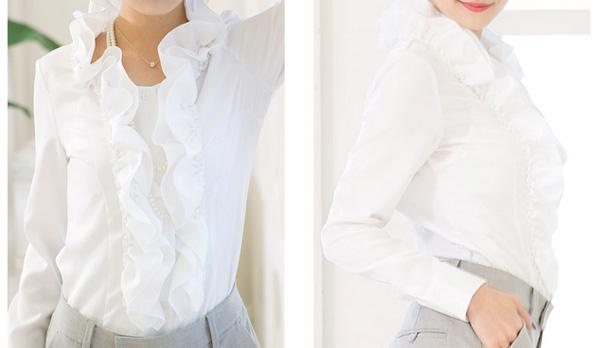 40代ファッションの立襟フリルブラウス