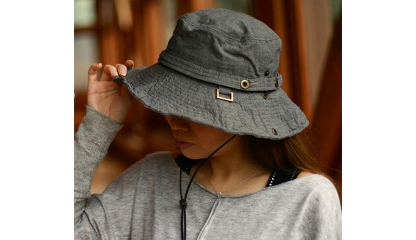 風で飛ばされない紐付きオシャレ帽子
