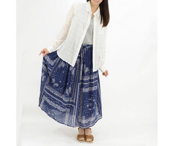 今季トレンドのバンダナ柄デザインのギャザースカート