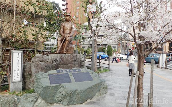 正岡子規像と桜